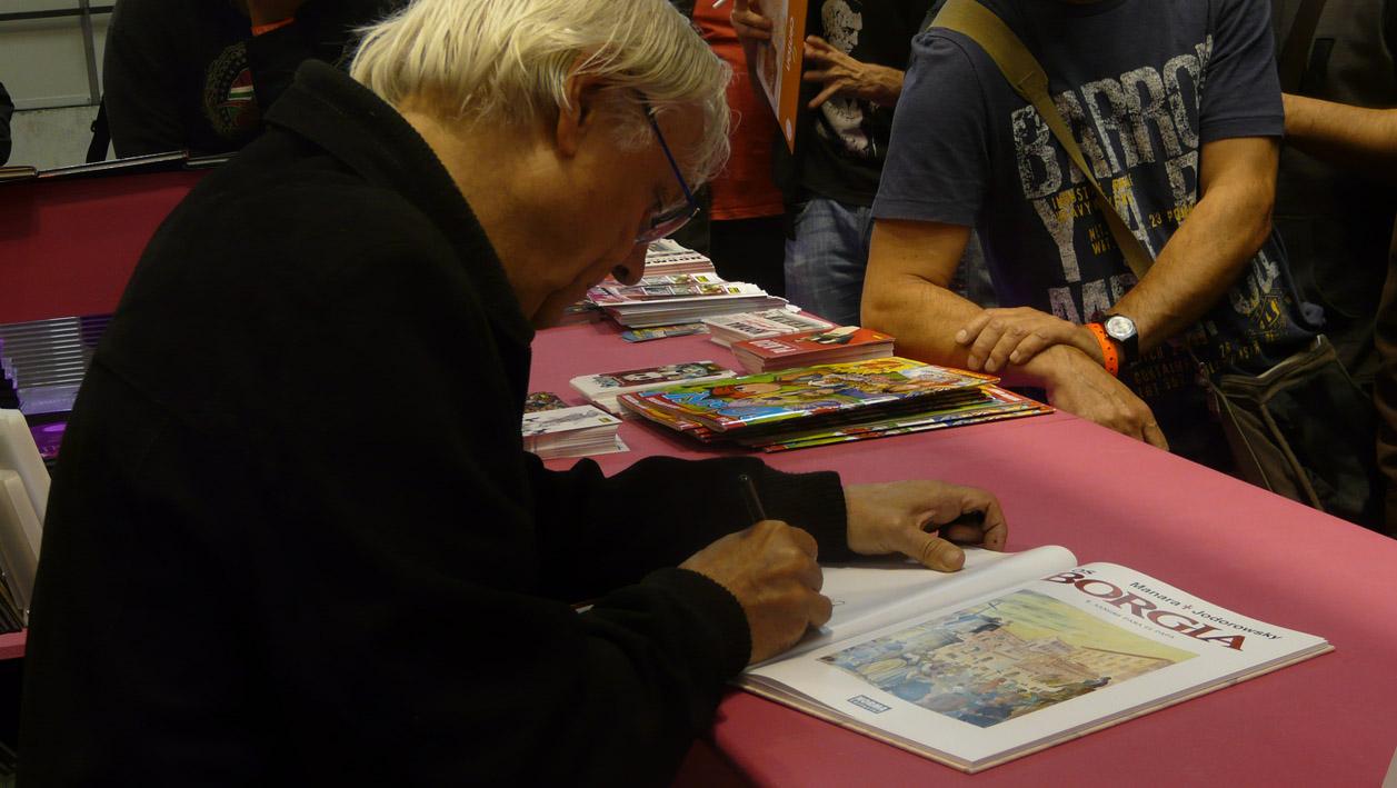 Milo Manara firmando en el Salón del Cómic 2012
